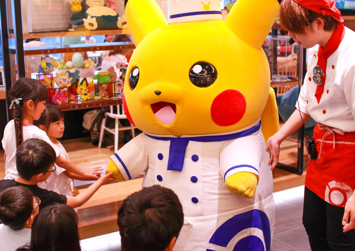 Massive Pikachu greeting children in Japan