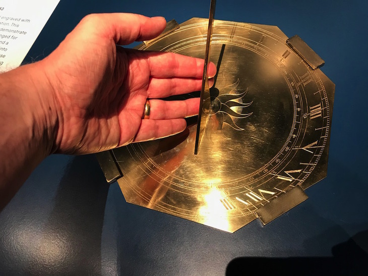 Sundial with hand