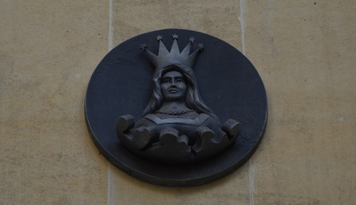 A mercers maiden at the centre of a metal disc